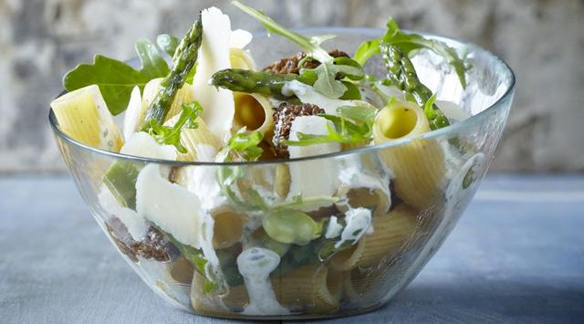 Salade de pâtes façon risotto, asperges, gourganes et morilles, crème à l'estragon