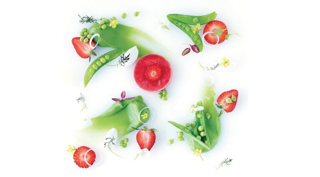 Salade de petits pois, fraises et yaourt grec, vinaigrette vanille-citron et lait d'amande
