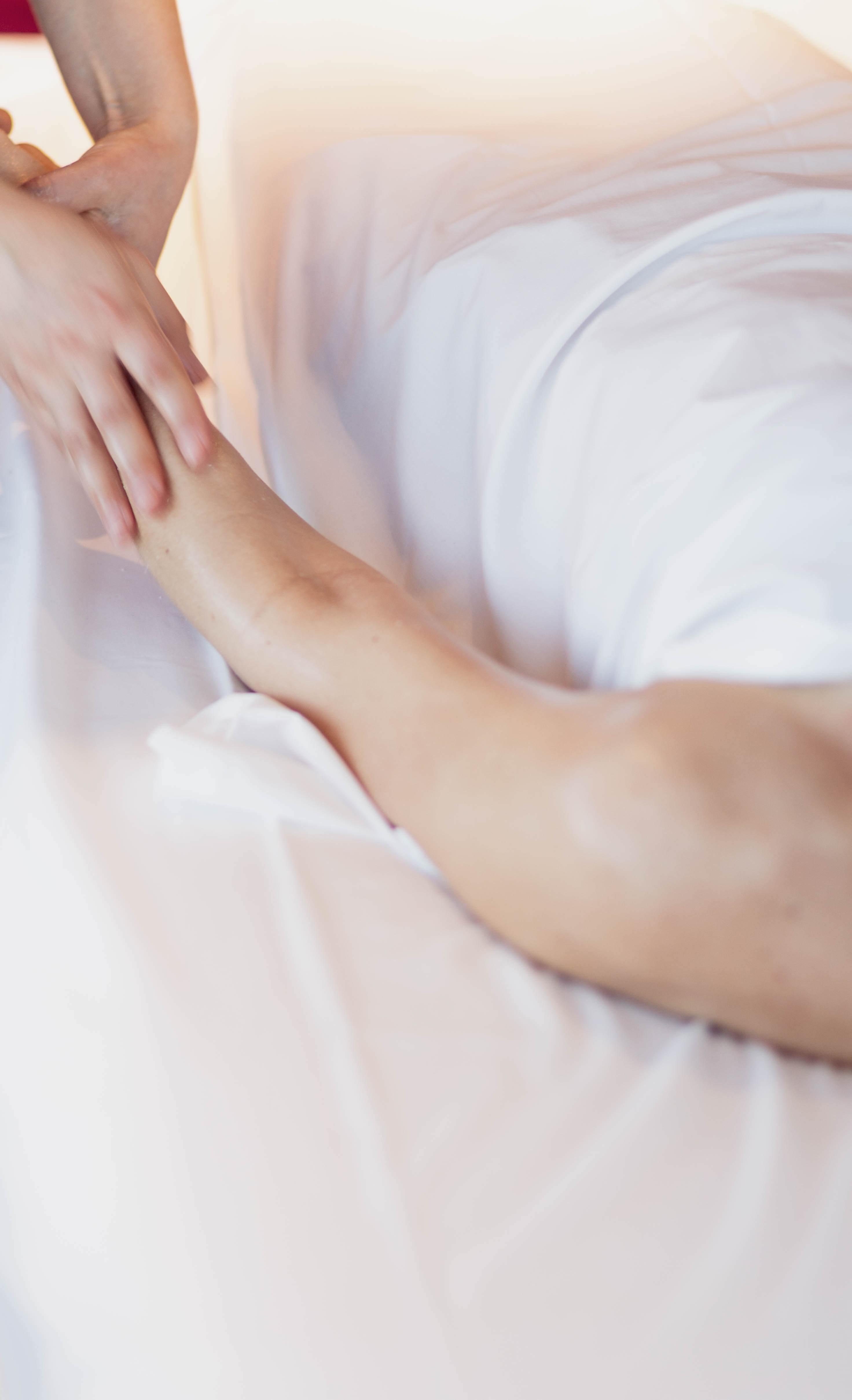 exfoliation des bras lors du soin du visage Rose des Vents au Bota Bota